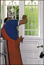 Dichtung an weißer Haustür prüfen