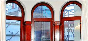Alte Fenster aus Holz neu mit Dichtungen nachgerüstet