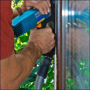 Nachrüstung alter Holzfenster und Holztüren: Eine Nut für eine Einfräsdichtung wird gefräst